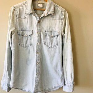 H&M Pearlized snap jean shirt